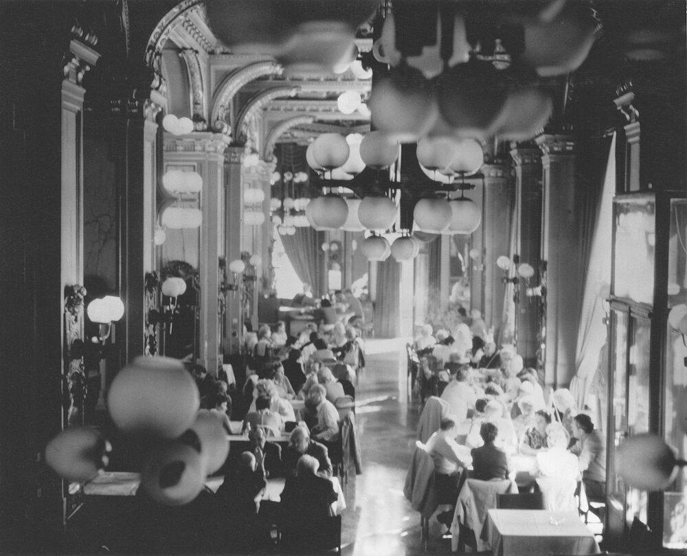 1950. В ресторане