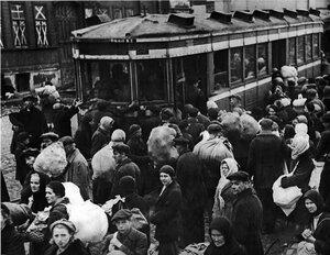 1941, 18 сентября. Посадка на трамваи эвакуирующихся жителей Кировского района Ленинграда.