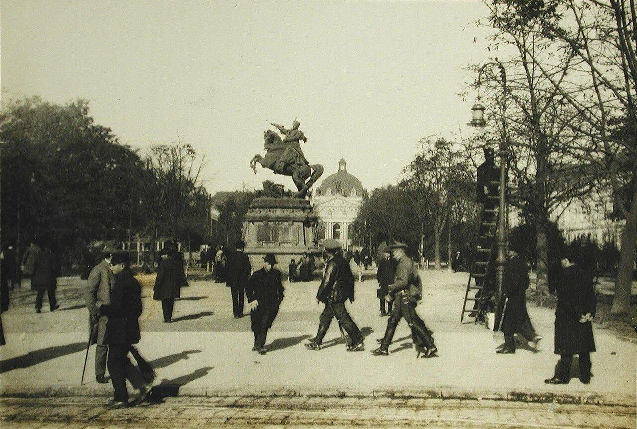 59. Прохожие на одной из центральных площадей города; на заднем плане - памятник Яну Собесскому. Лемберг