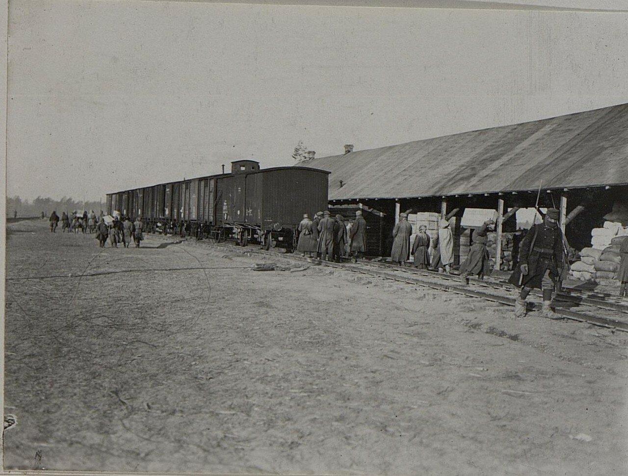 Русские военнопленные во время разгрузки провианта в Рогожине