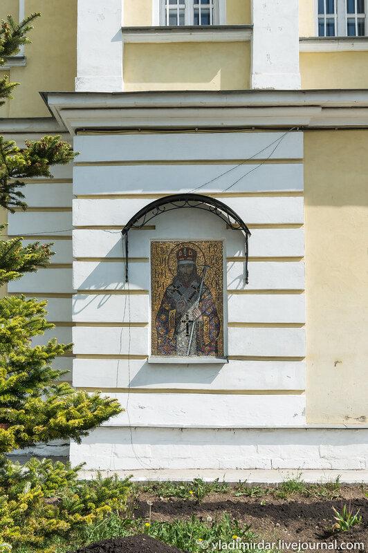 Мозаичная икона святого Дмитрия Ростовского на фасаде святых врат Свято-Екатерининского монастыря