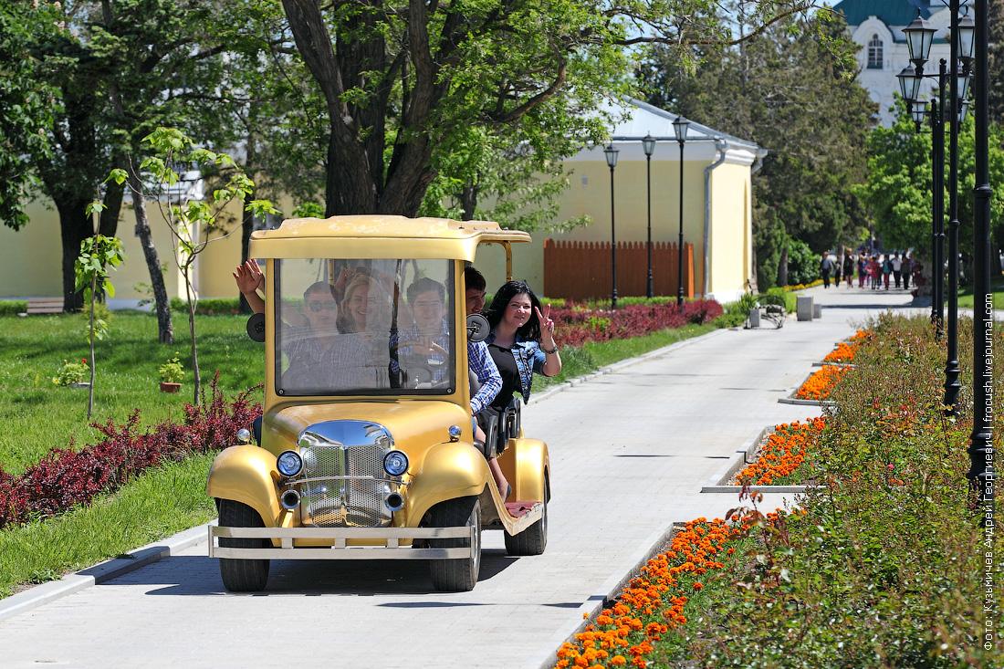 команда теплохода Русь Великая катается на электромобиле по Астраханскому кремлю