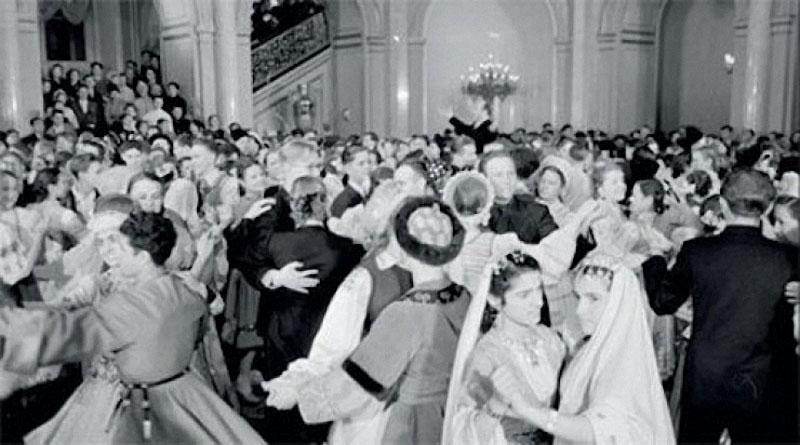 1955. Учащиеся ПТУ пришли на кремлевский новогодний праздник в национальных костюмах. Даже лестница плотно забита.jpg