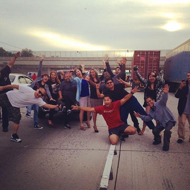 Водители сфотографировались на фоне самоубийцы в Лос-Анджелесе