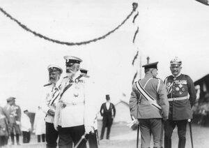 Морской министр И.К.Григорович (справа) разговаривает с офицером германской армии.