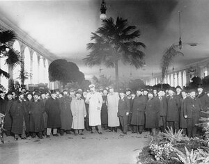 Участники выставки в центральном выставочном зале. 1909 г.