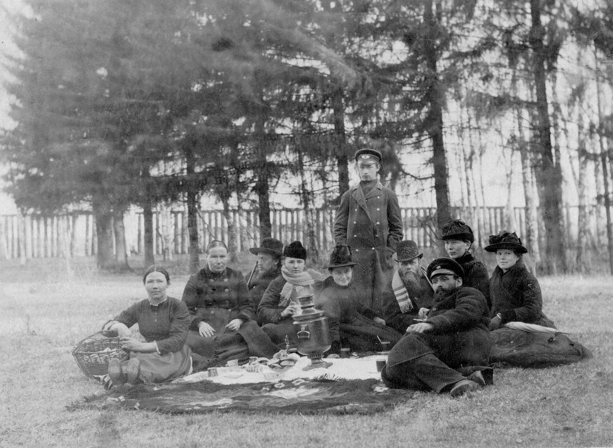 Семья Юдина Г.В. в саду на даче в Тараканово