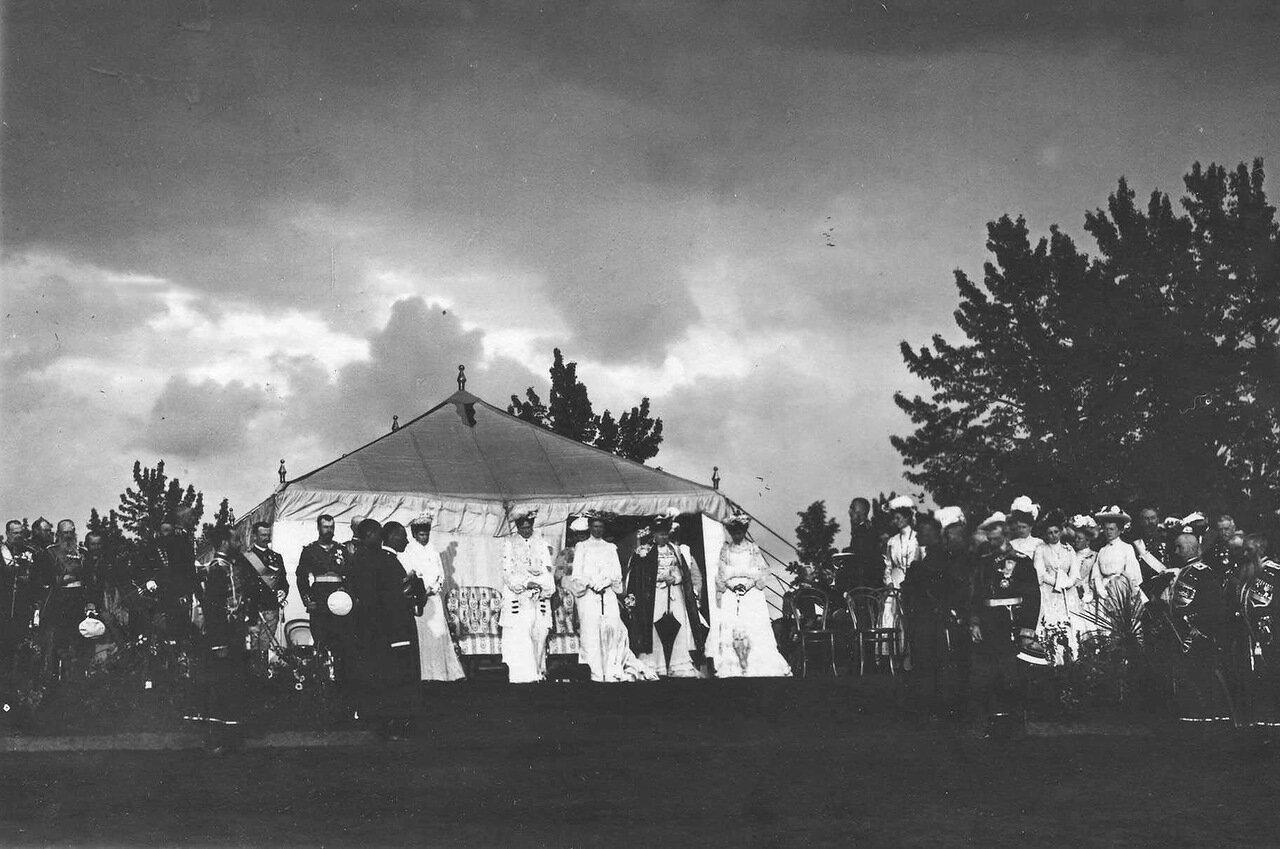 28. Члены императорской семьи, офицеры и генералитет на параде в честь приезда итальянского короля Виктора Эммануила III