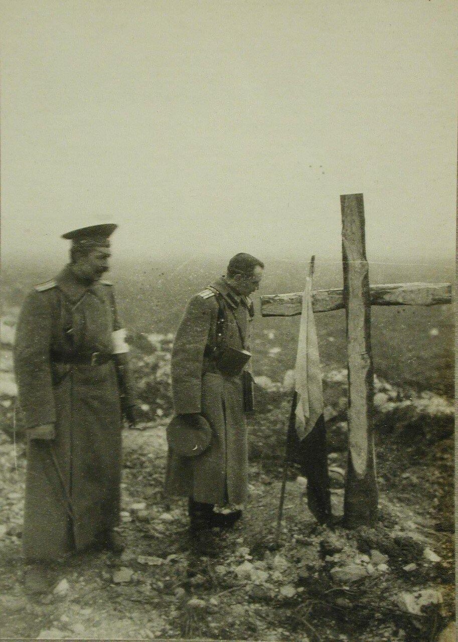 10. Русские офицеры у могилы своих погибших товарищей