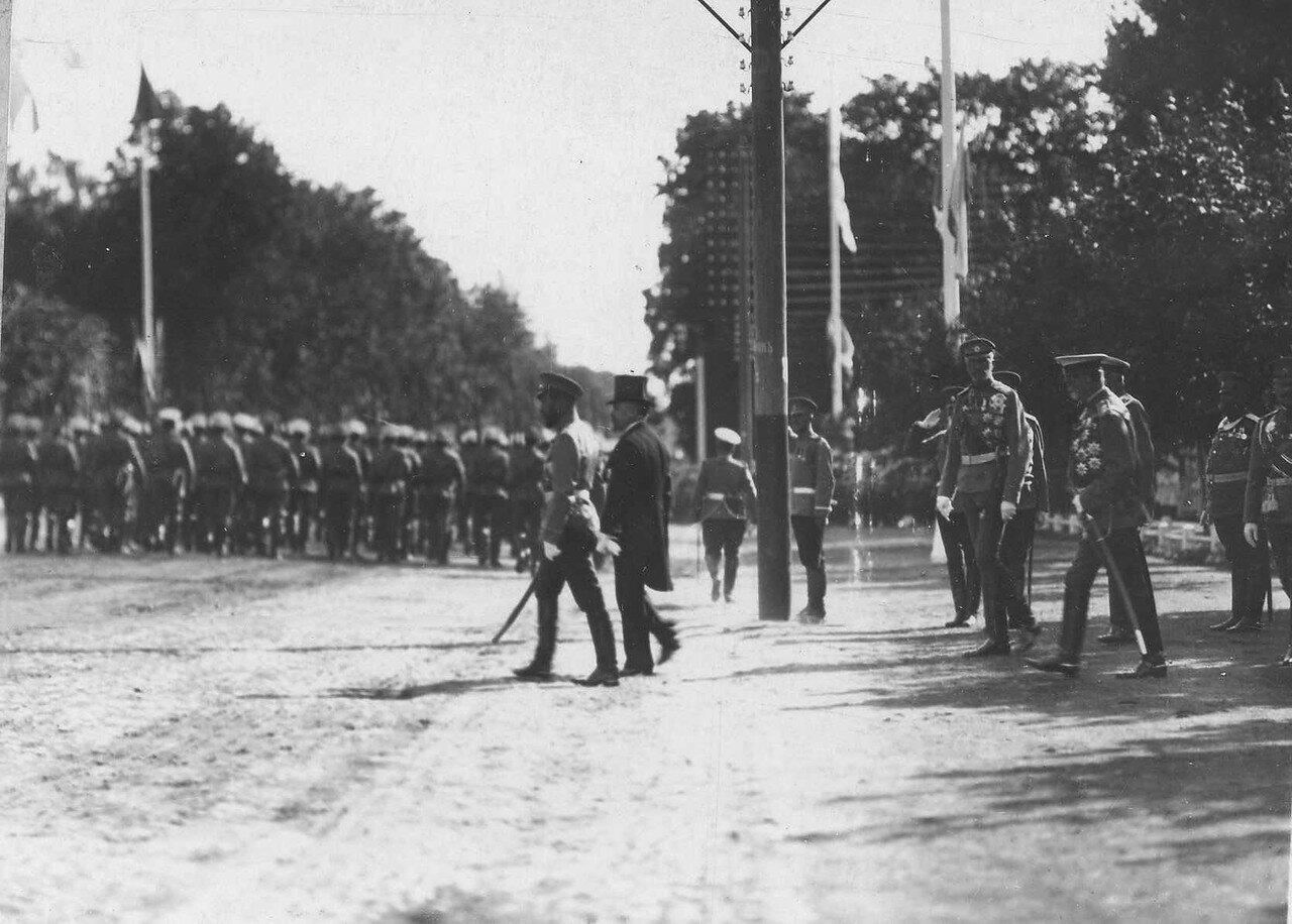 85. Император Николай II и Р.Пуанкаре возвращаются во дворец после парада войск
