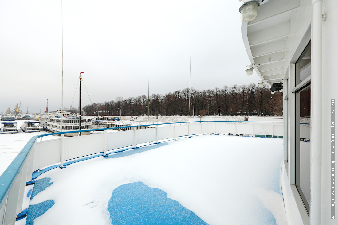 носоваЯ часть шлюпочной палубы теплохода Ленин под снегом