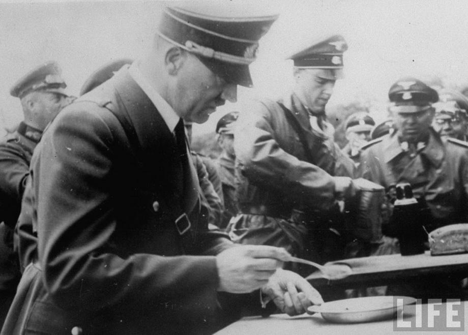 Во время обеда на линии фронта. 1940 г.