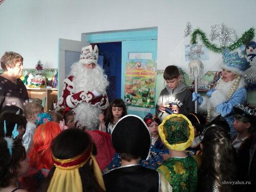Дед Мороз и Снегурочка поздравляют детей в школе Белогорск