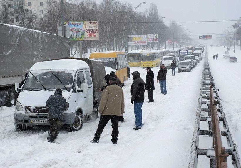 Сильный снегопад парализовал дорожное движение Украины 0 13d2d3 80a6f8de orig