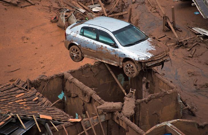 Техногенная катастрофа: токсичная грязь в Бразилии (22 фото)