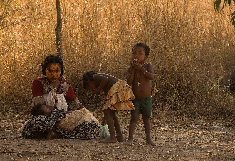 Молодая малагасийка с детьми