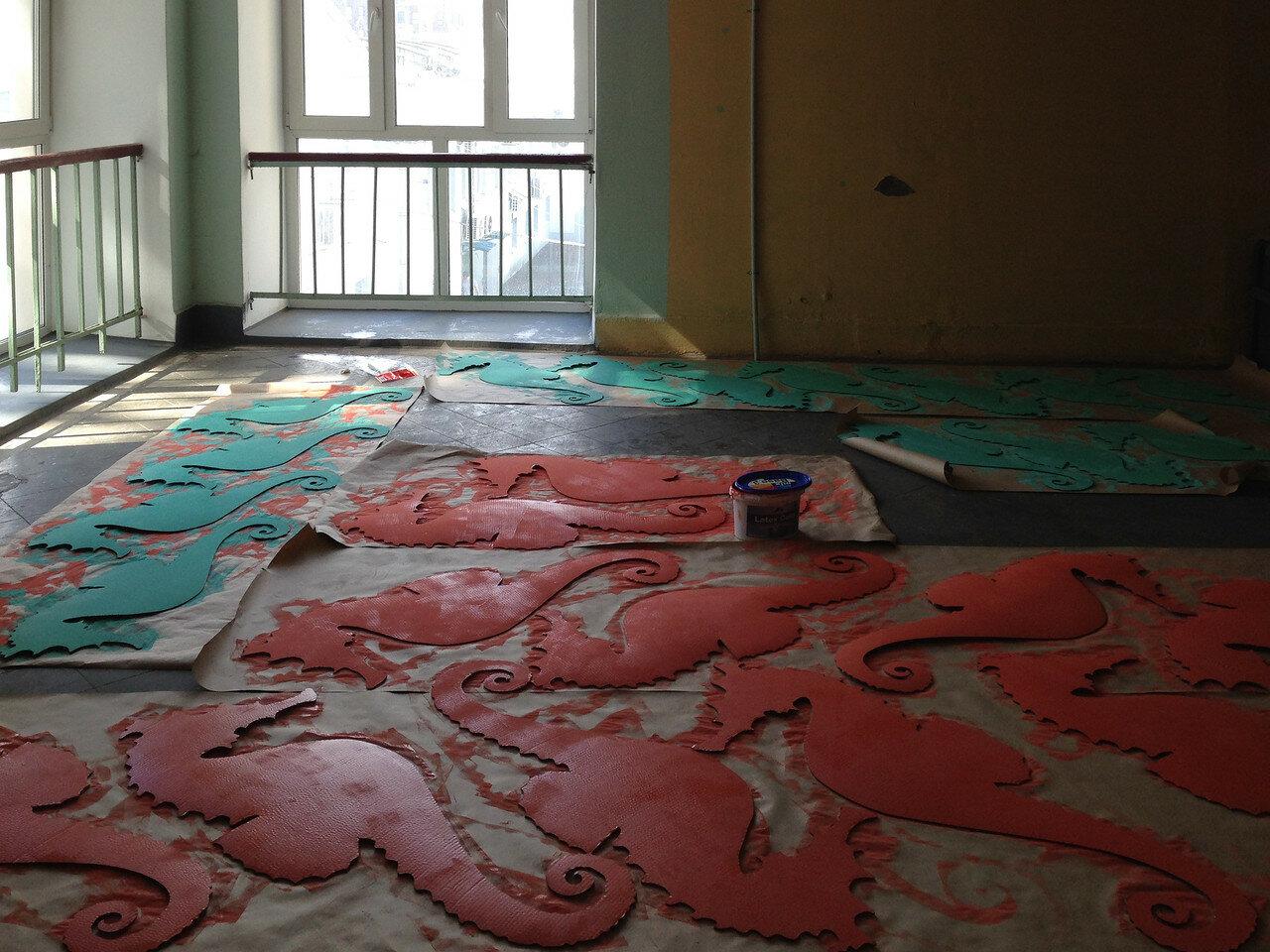 В моем доме необычно просторные подъезды, на одном этаже можно одновременно красить 32 конька, не мешая соседям.