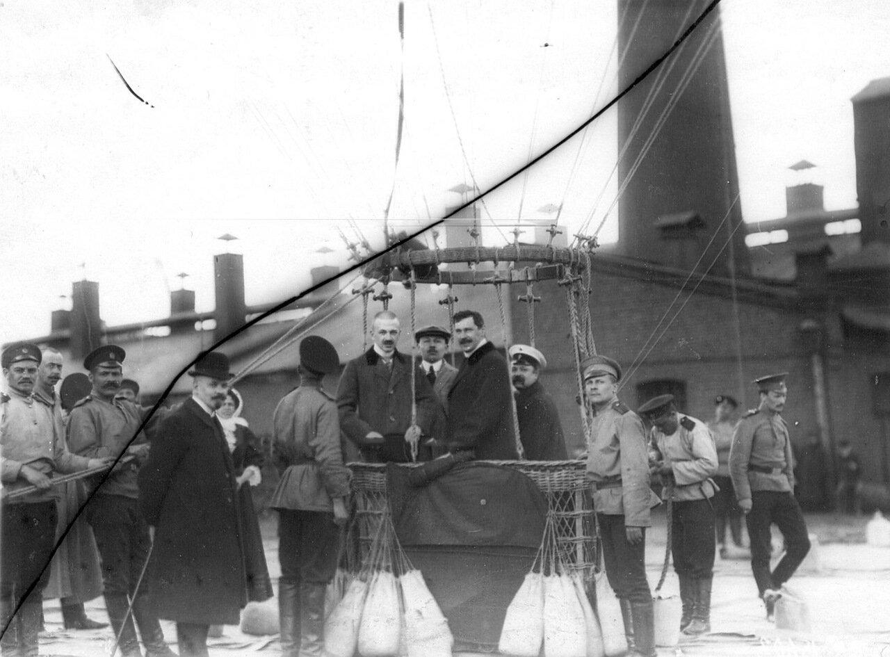 63. Авиаторы в корзине воздушного шара перед подъемом с территории Газового завода