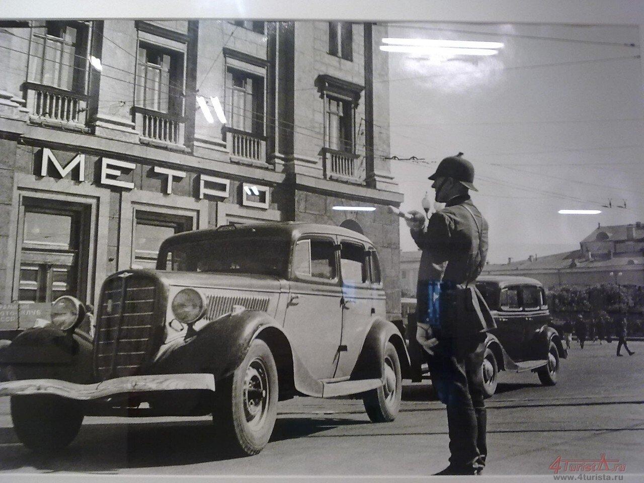 144. 1935. Регулировщик на Охотном Ряду. Москва
