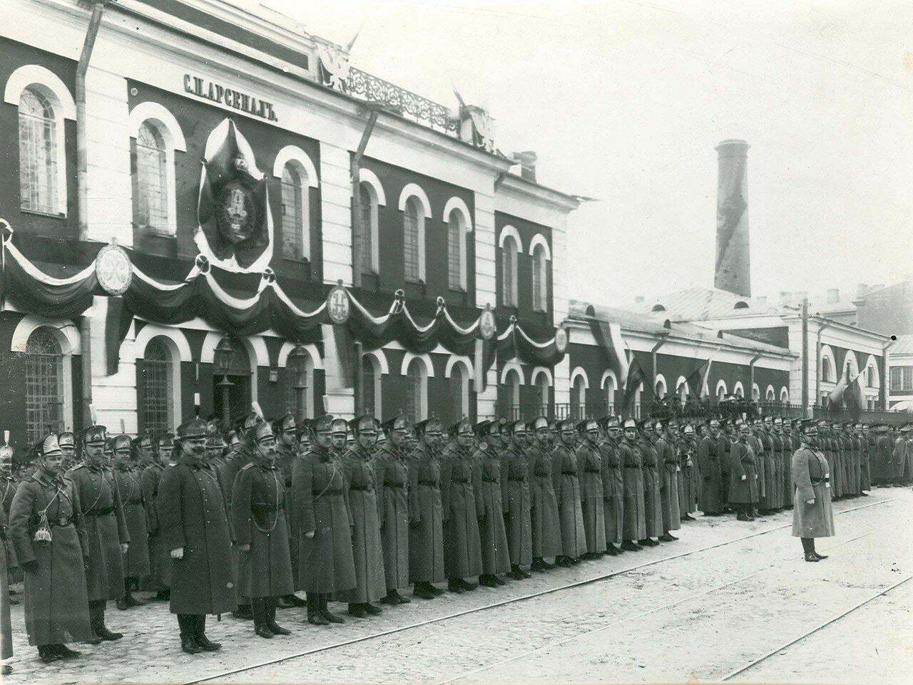 03. Группа гусар - участников празднования 200-летнего юбилея Арсенала в строю перед зданием завода. 21 апреля 1914