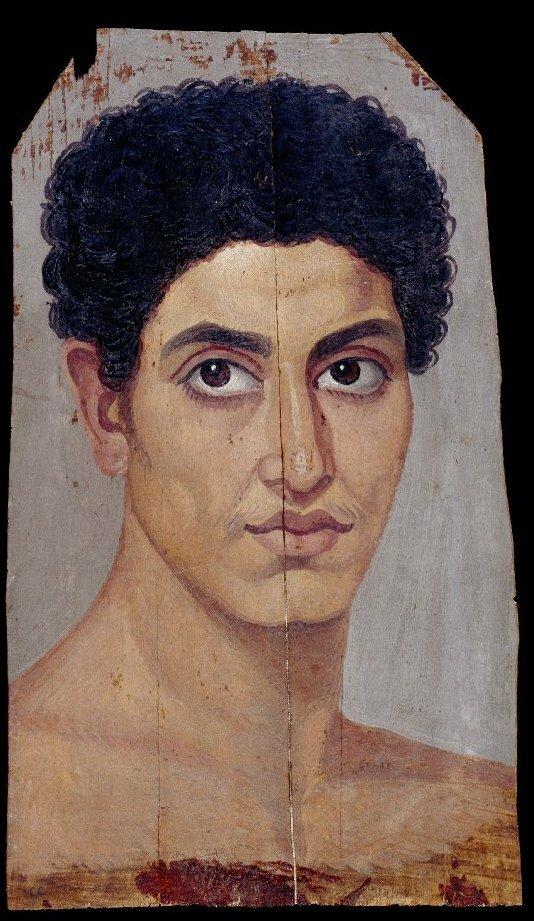 Молодой человек с вьющимися волосами
