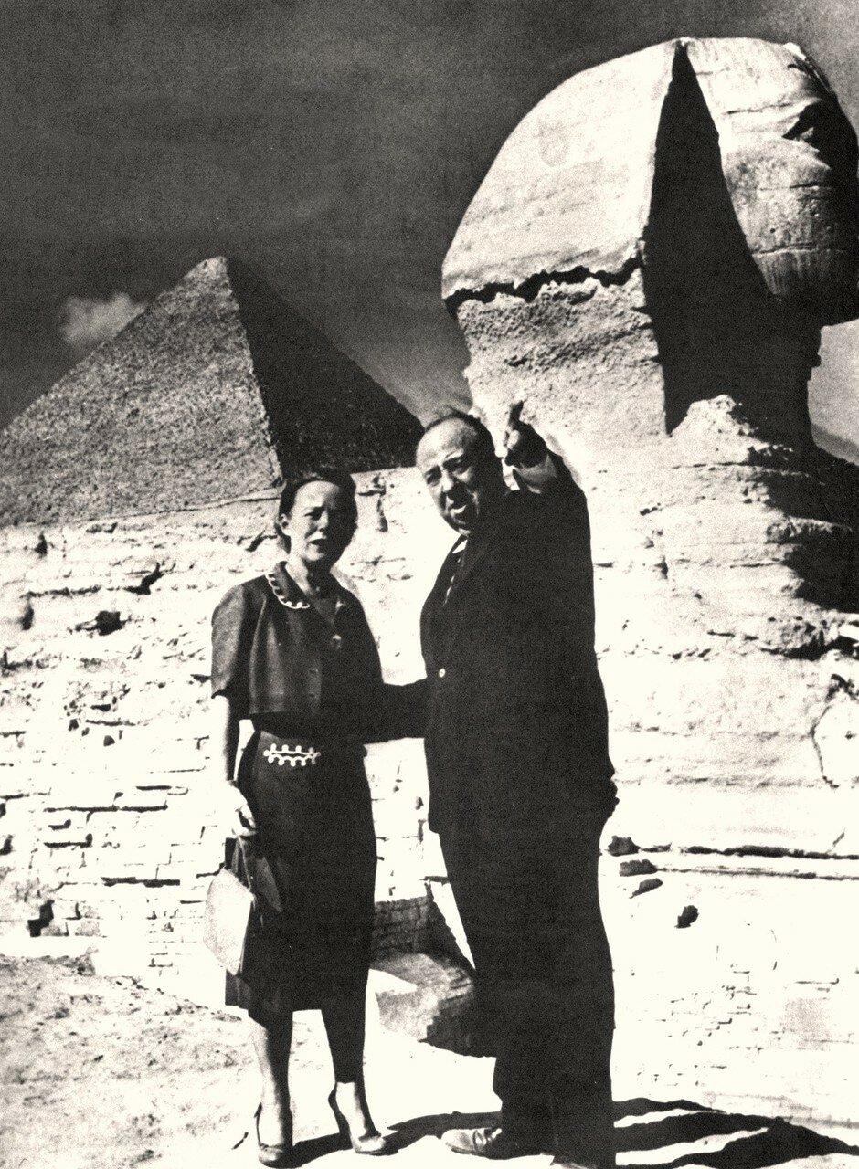 Альфред Хичкок с женой перед Сфинксом и Великой пирамидой