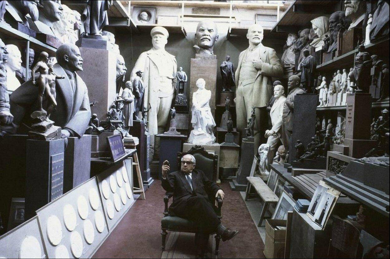 Москва. Матвей Манизер ведущий советский скульптор в своей огромной студии