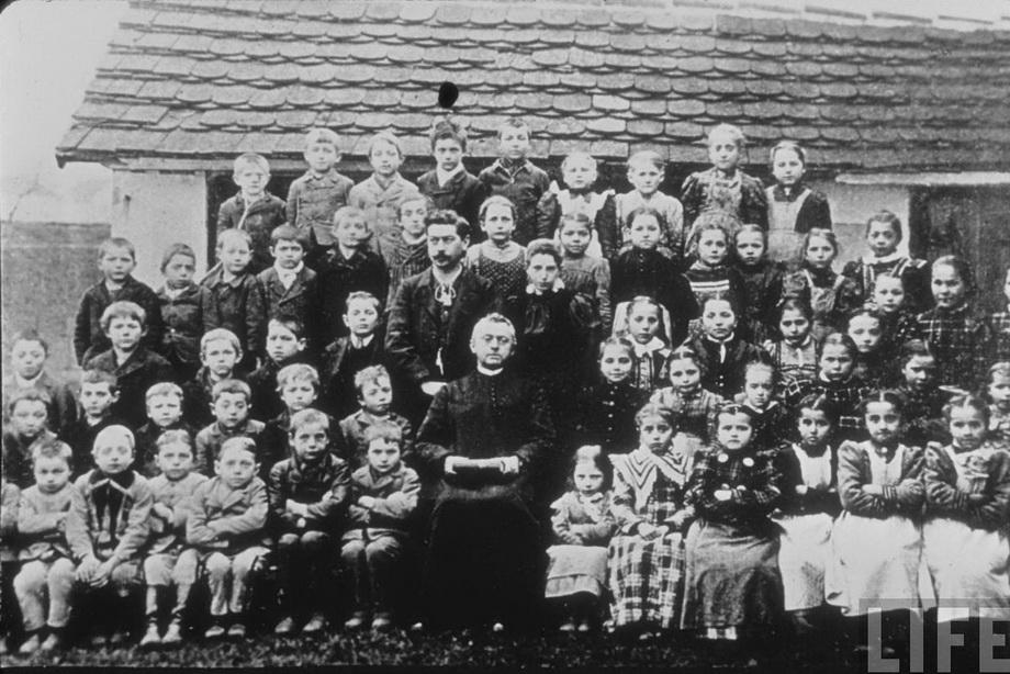Маленький Гитлер (третий слева в нижнем ряду) с однокашниками. Fischlham, Австрия. 1895 г.