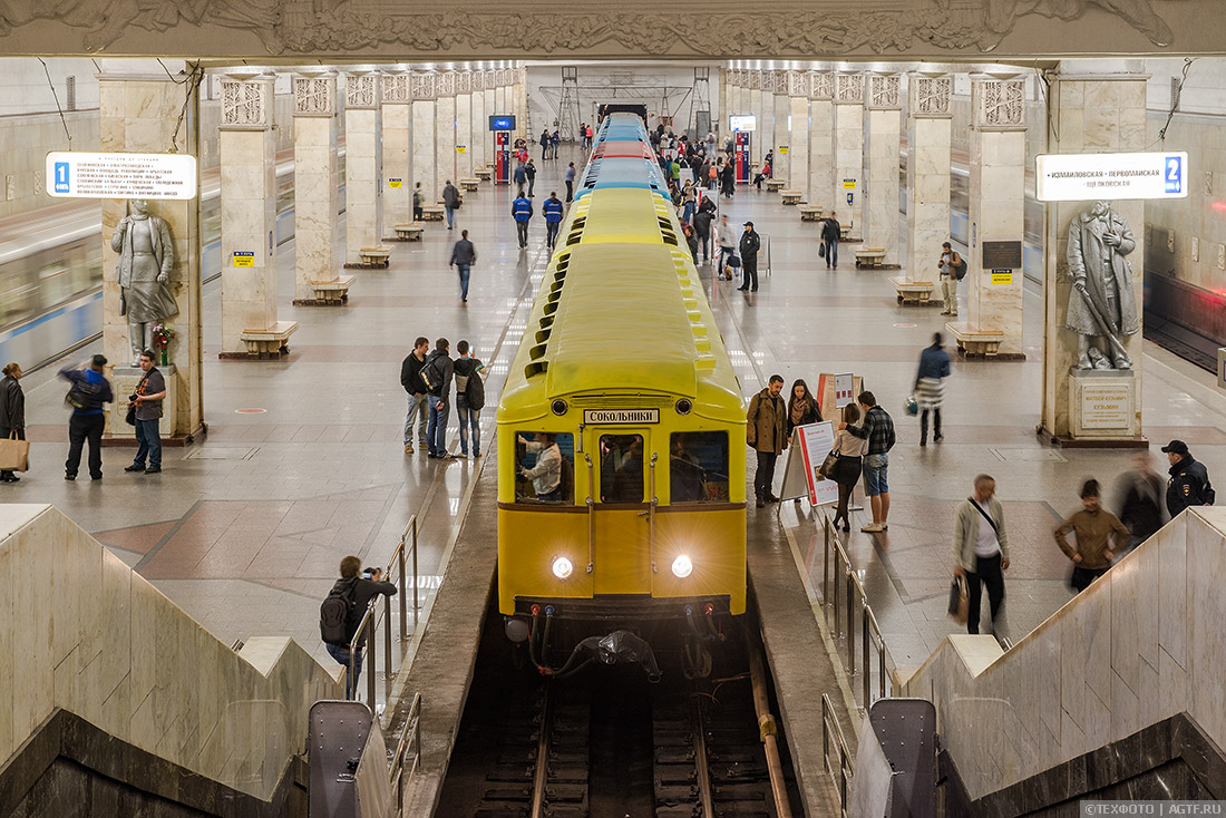 Общий вид на экспозицию вагонов на станции метро