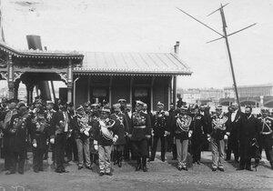 Итальянский король Виктор Эммануил III с сопровождающими его лицами и членами императорской свиты во главе с князем Долгоруким на пристани на Английской набережной.
