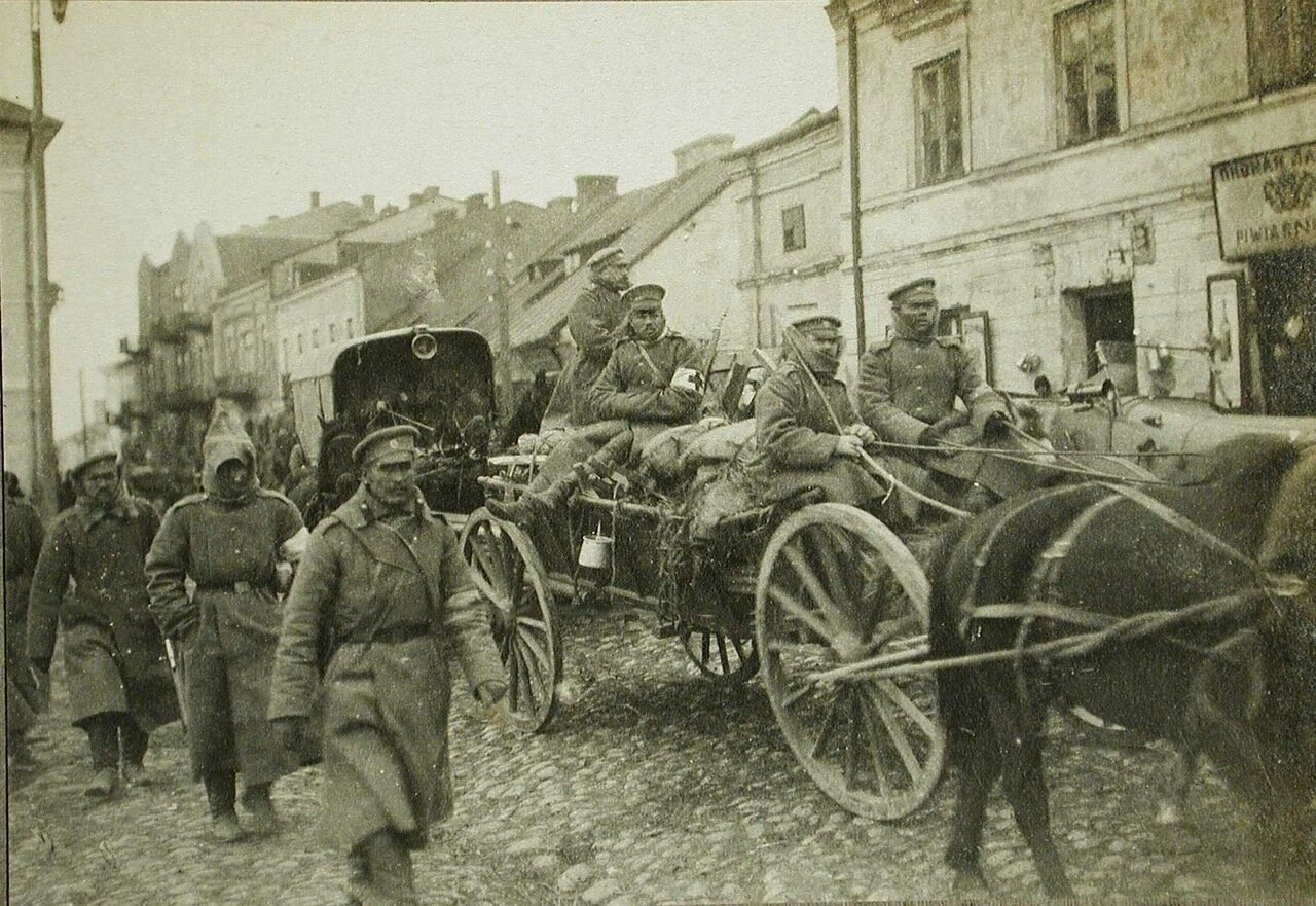 41. Русские солдаты одной из армейских частей и санитарный транспорт проходят по улице занятого войсками Кельце
