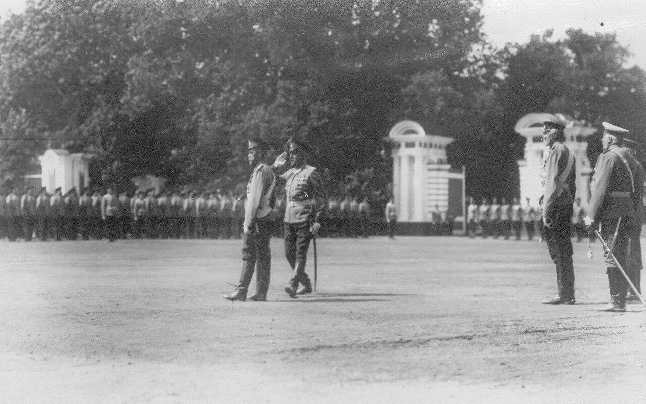 26. Император Николай II беседует с командиром полка полковником Мдивани во время парада полка. Петергоф. 29 июня 1913