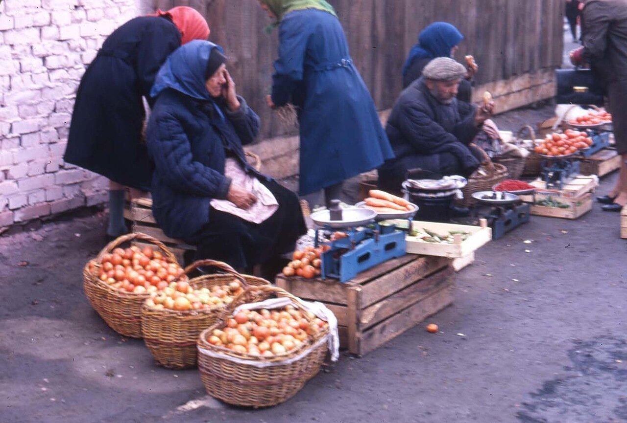 14. Новосибирск. Группа людей продает овощи на улице