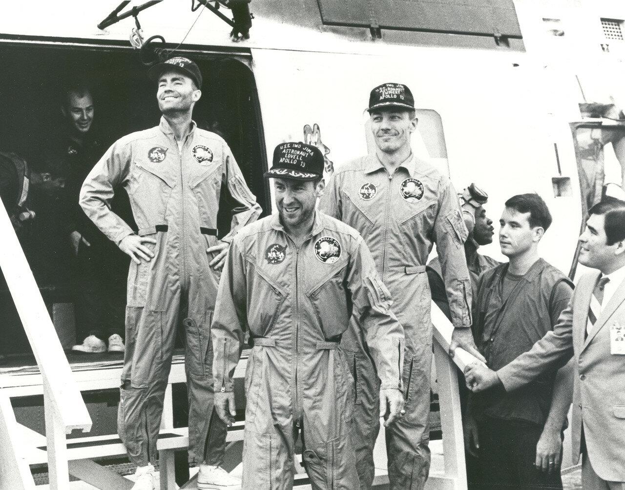 Экипаж Аполлона 13 на борту USS Иводзима после приводнения в южной части Тихого океана