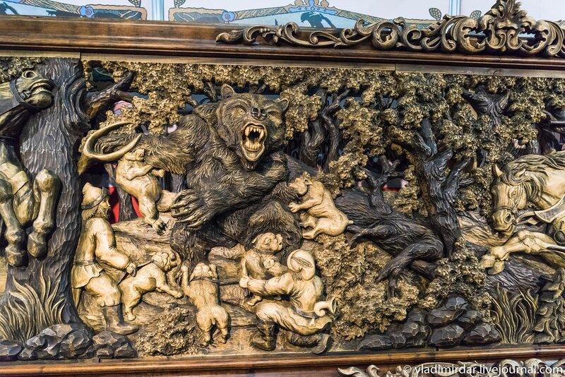Медвежья охота. Деревянное резное панно. Часть слева.