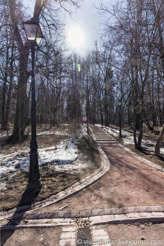 Дорожка в парке Царицыно к курганам вятичей