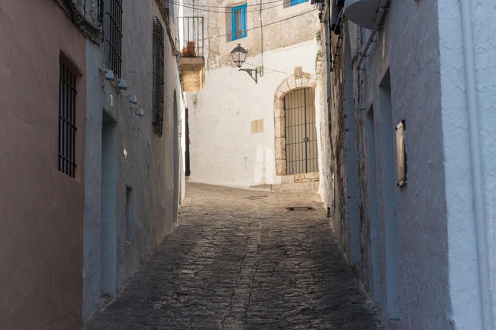 Узкая улица старого Ибица-тауна