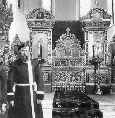 8. Купец И.А.Воронин на фоне придельного иконостаса Спасского собора (с. Кукобой), 1912 г..jpg