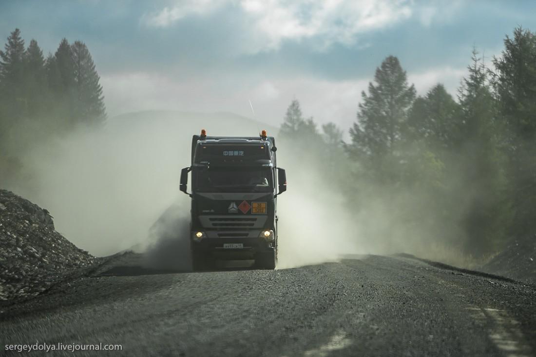 10. Очень сложно расходиться с грузовиками. Они очень тяжелые, неповоротливые, а из-за пыли совершен