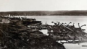 Войници от инженерните части работят с понтонни съоръжения в близост до мястото на преминаването на руските войски на река Дунав, в дъното се вижда завършения понтонен мост, 1877 г.
