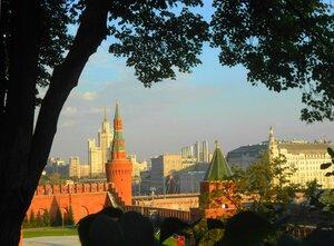Хорошо на московском просторе! Светят звёзды Кремля в синеве.