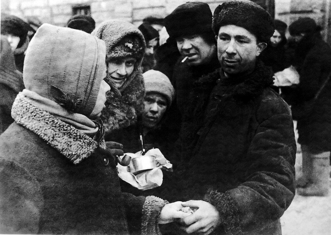1942, февраль. Обмен товарами на рынке блокадного Ленинграда
