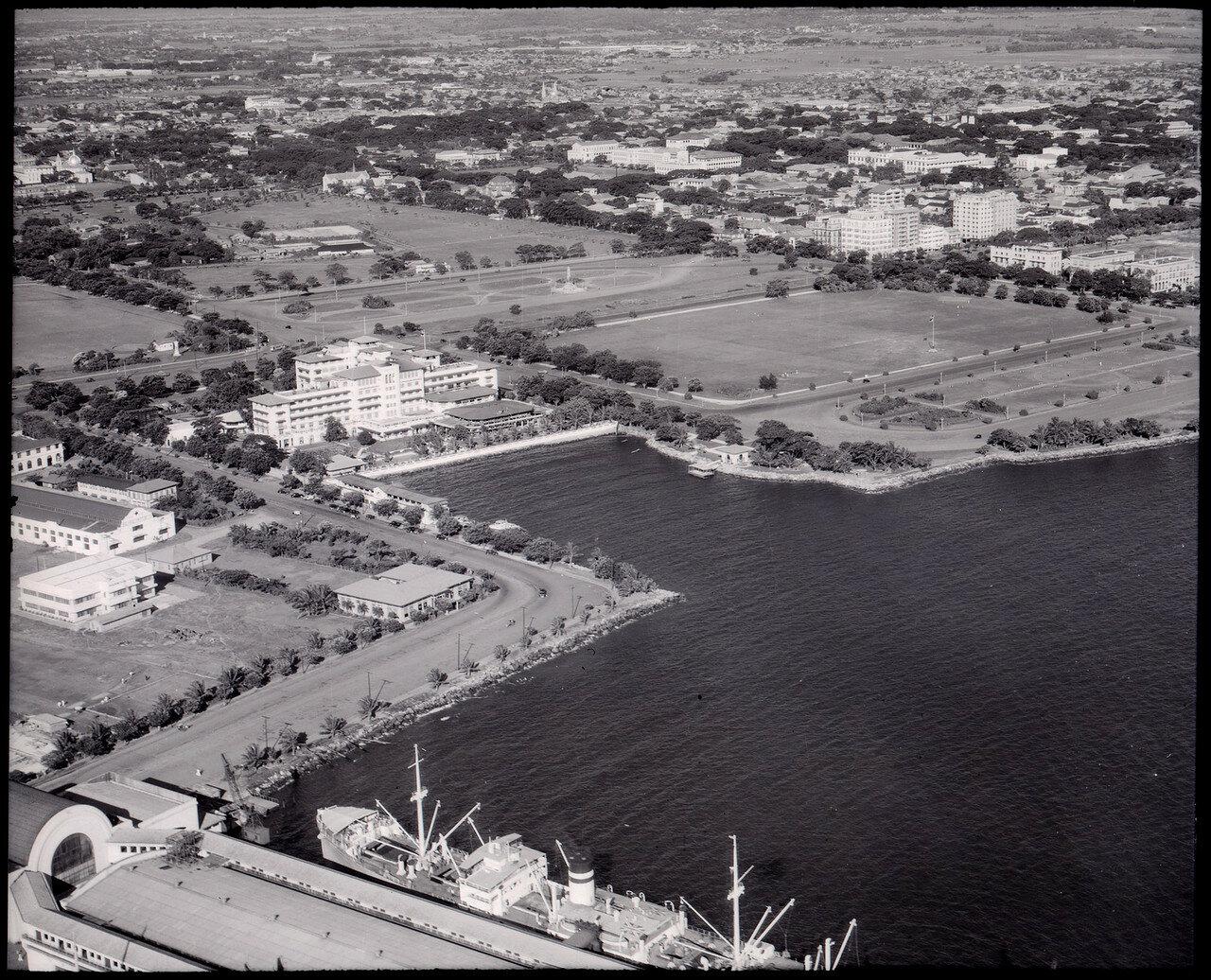 Манильский военно-морской клуб в центре и Пирс № 7 на переднем плане