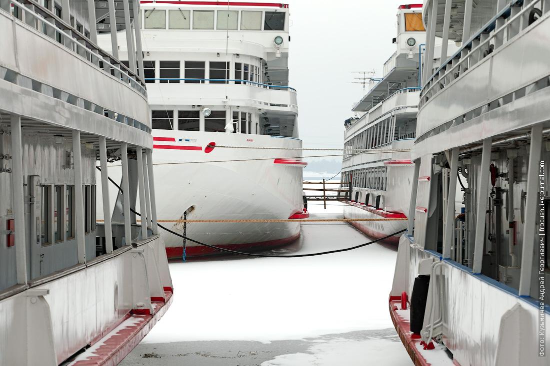 караван теплоходов Водоход на зимовке в Северном речном порту Москвы