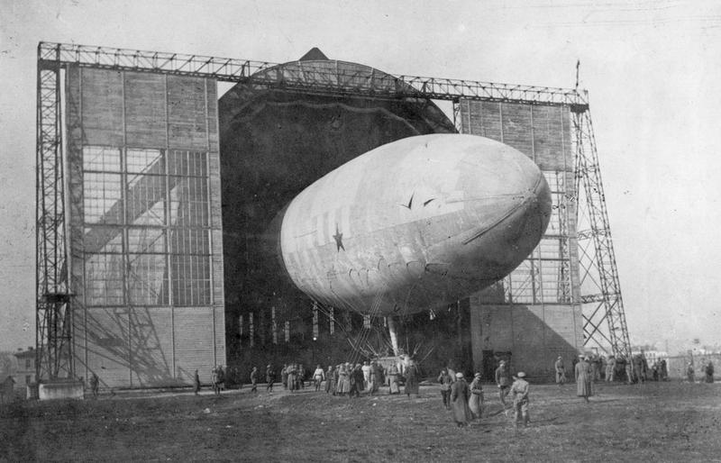 Moskovsky Khimik-Rezinschik airship, 1928.jpg