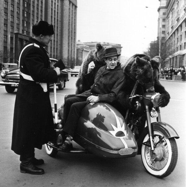 Артист цирка В. Филатов и медведи. Автор Рахманов Николай, 1960-е.jpg