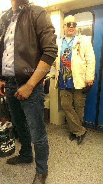 24. Стильный светлый пиджак, солнечные очки а-ля «крутой парень» и удобные серые брюки, в складках к