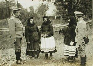 Местные жительницы с русскими офицерами.