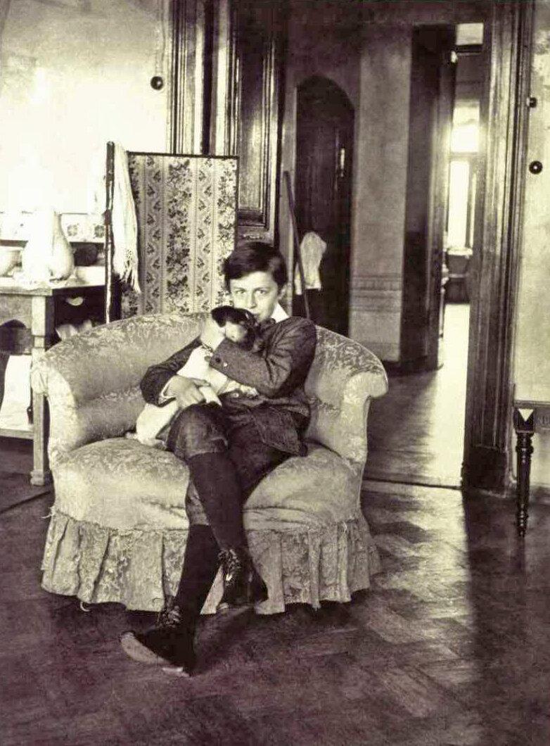 Мика Морозов в кресле, 1904 год. «Россия: XX век в фотографиях 1900-1917» МДФ, 2007