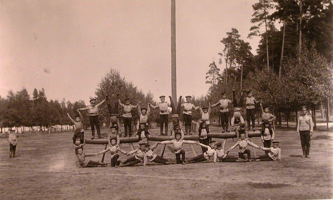 21. Потешные во время занятий гимнастикой на площадке летнего лагеря